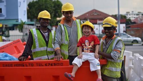 Boy's sweet gesture delights construction workers